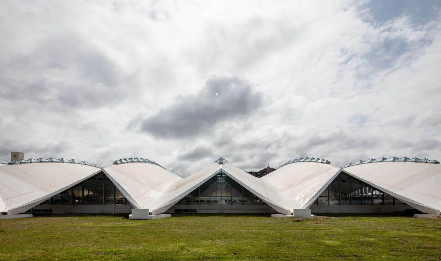 Le bâtiment est l'un de ses premiers projets en France et encore aujourd'hui, le site Internet de la mairie de Deauville souligne «l'architecture singulière» de cette piscine.