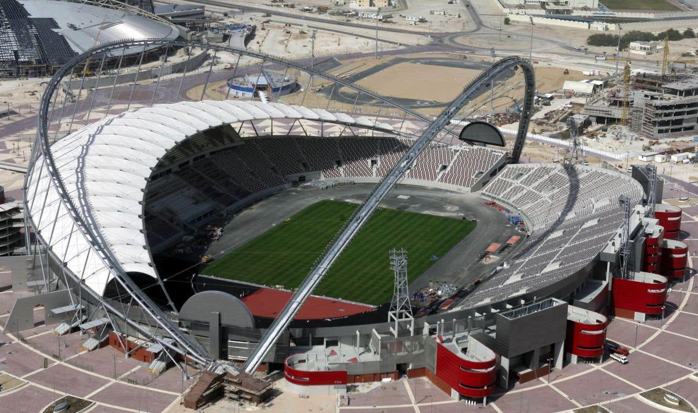 Ce stade qui compte aujourd'hui 40 000 places serait le plus grand du Qatar. Il a été inauguré en 1976 pour accueillir la Coupe du Golfe des Nations de football, avant d'être rénové à quelques reprises au fil des ans.