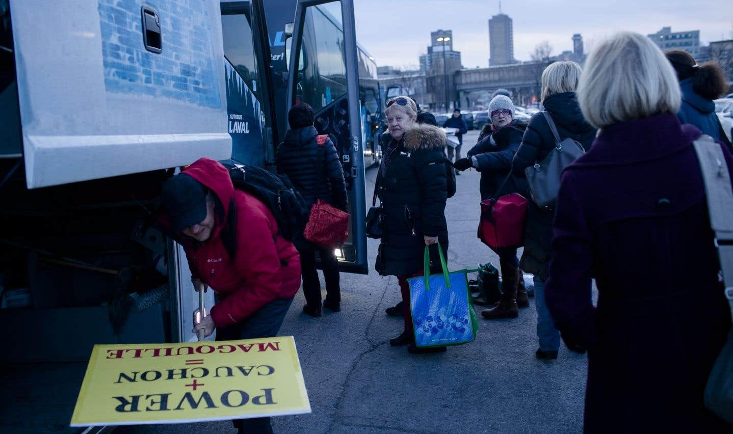 Des retraités du «Soleil» et du «Quotidien» sont montés dans des autocars, le 11 décembre, pour aller manifester leur colère devant les bureaux de Power Corporation à Montréal.