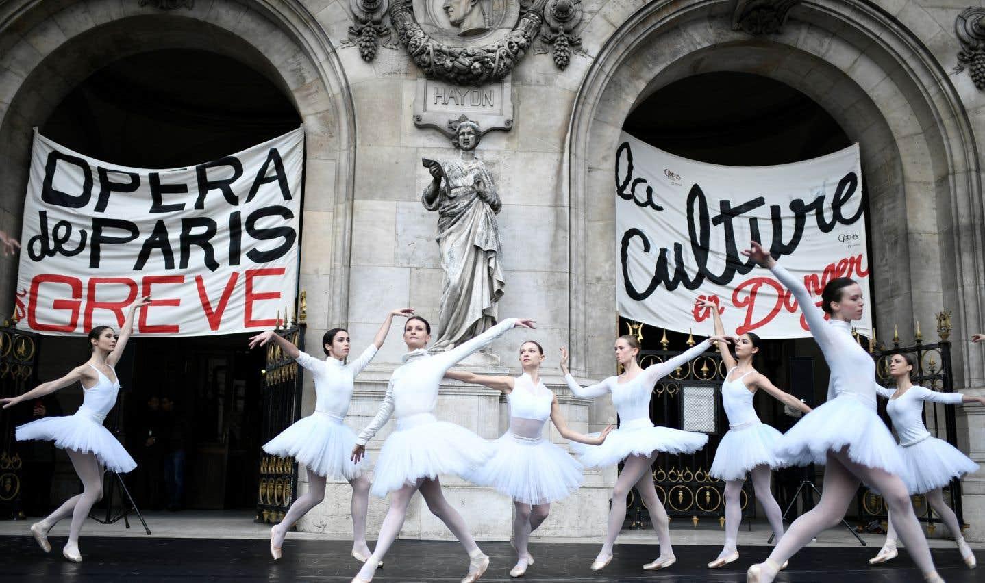 Les ballerines de l'Opéra de Paris ont participé aux protestations, à leur façon, mardi.