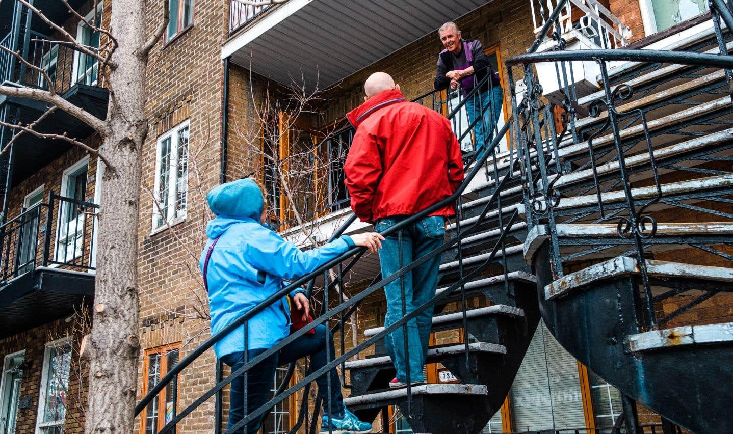Des résidents du quartier Limoilou profitent de la première journée de déconfinement pour se retrouver après des semaines d'isolement.