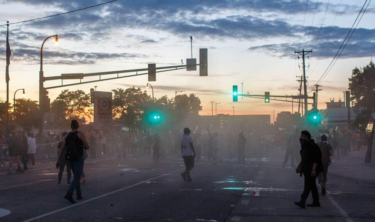 Des manifestants et des policiers s'affrontent lors d'une manifestation contre le meurtre de George Floyd par un policier, à Minneapolis.