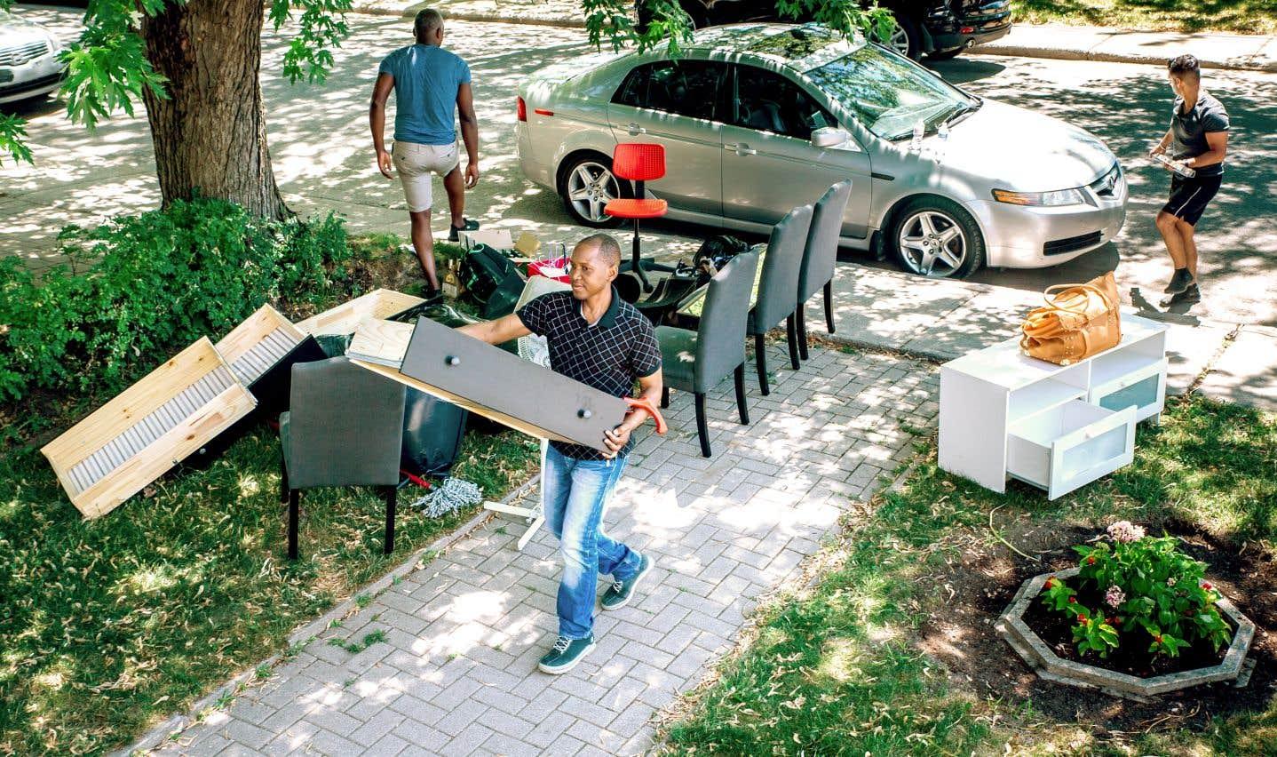 Un homme transporte un meuble lors d'un déménagement dans Pointe-aux-Trembles.