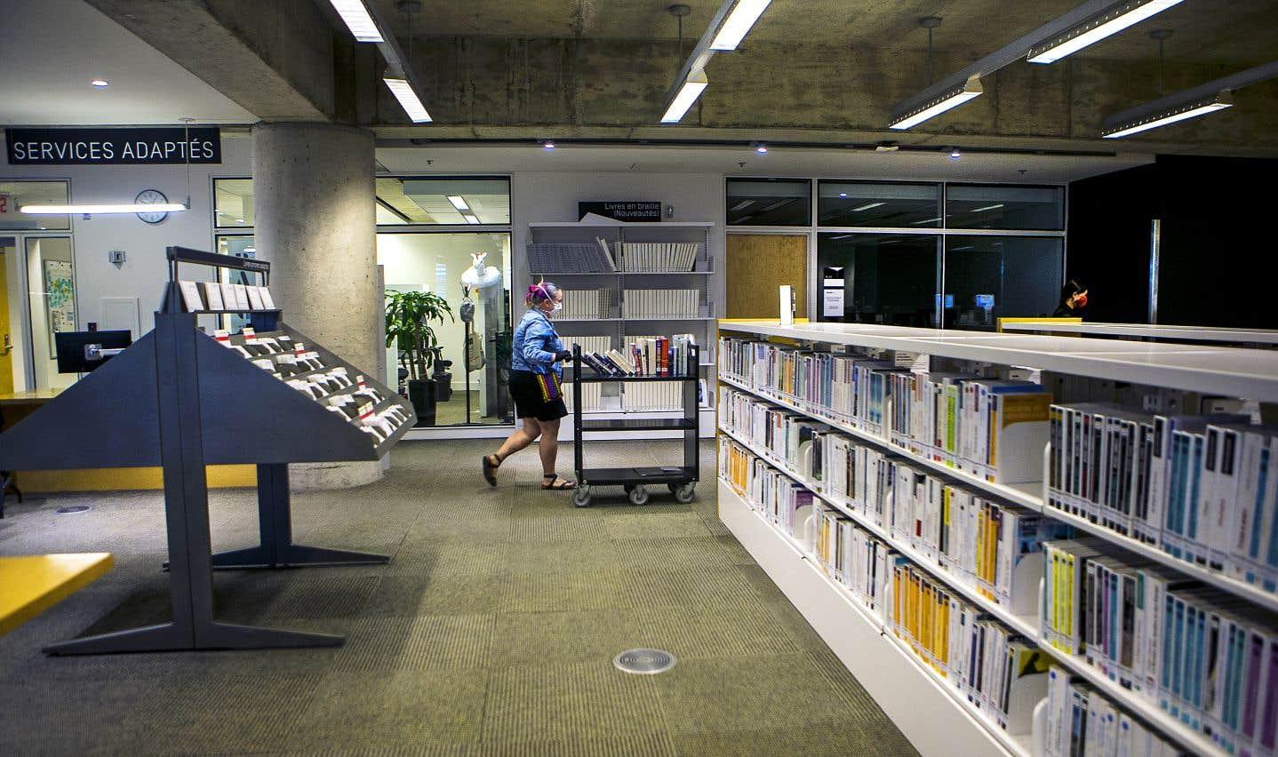 C'est le personnel de la bibliothèque qui assure le suivi des commandes et va chercher les livres sur les rayons.