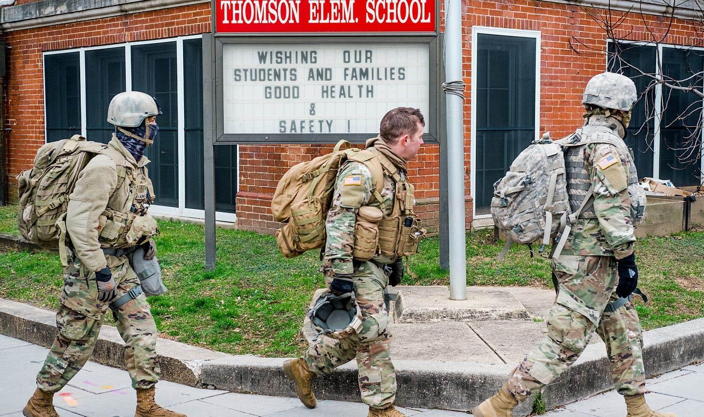 Des militaires patrouillent devant une école située dans la zone sécurisée.
