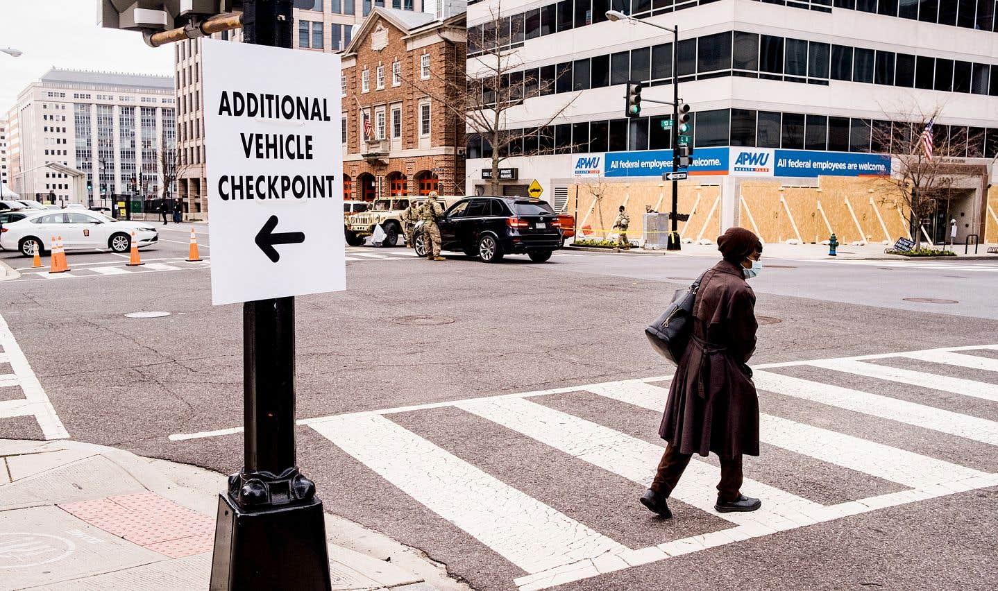 Une pancarte annonce un nouveau point de contrôle, le centre-ville étant englouti par les différentes forces de sécurité.