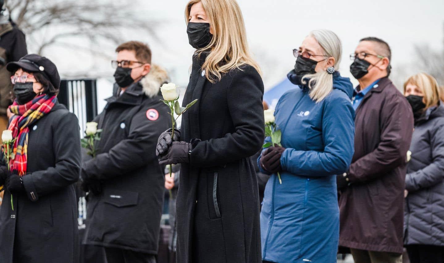 Dans la capitale, des préposés aux bénéficiaires, des infirmières, des membres des Forces armées, des éducateurs et des proches de personnes décédées durant la pandémie ont défilé un à un devant les gardes d'honneur de la Sûreté du Québec et de l'Assemblée nationale.