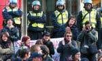 Étudiants et policiers devant le siège social de Loto-Québec, rue Sherbrooke, à Montréal. Des manifestations ont été tenues dans plusieurs villes, hier.