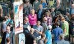 Pauline Marois, entourée de journalistes et de cameramen, alors qu'elle se préparait jeudi à donner un point de presse sur les engagements du PQ en matière de culture. La scène se passait rue Beaubien, à Montréal, près du cinéma du même nom.