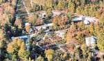 Une vue à vol d'oiseau du centre-jardin et pépinière Le Jardin de Jean-Pierre à Sainte-Christine. On y propose des végétaux inusités et toute une sélection de conifères.