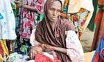 Cette Malienne de Gao nourrit son enfant qui souffre de malnutrition.