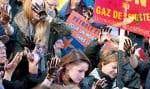 Une centaine de personnes ont manifesté devant l'édifice où se déroulait l'assemblée annuelle de l'Association pétrolière et gazière du Québec.