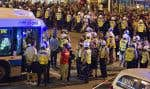 Les policiers du SPVM ont encerclé près de 500 personnes à l'angle des rues Sherbrooke et Saint-Denis, le 23 mai 2012, lors de la 30e manifestation nocturne du printemps érable à se dérouler à Montréal. Ils les ont ensuite arrêtées et détenues dans des autobus.