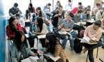 Suzanne Pellerin (au centre) déplore que certains étudiants qui auraient aimé apprendre le français n'aient pas accès aux cours faute de places disponibles.