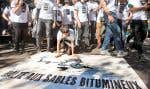 Des manifestants ont dénoncé les règles d'admissibilité aux audiences de l'Office national de l'énergie.