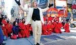 À la fois activiste politique, comédien et chef spirituel, le révérend Billy, de son vrai nom William Talen, prêche à Times Square. «Notre but, c'est juste de permettre aux consommateurs de respirer et de réfléchir dix minutes à ce qu'ils sont en train d'acheter.»