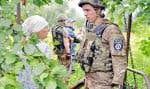 Un soldat ukrainien a réconforté une résidente de Slavyansk cette semaine.