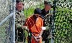 Un rapport sénatorial condamne sévèrement les «techniques d'interrogatoire renforcées» employées par la CIA après le 11-Septembre, tant sur les plans juridique et moral que du point de vue de leur efficacité. Ci-dessus, un détenu escorté par des soldats à Guantánamo en 2002.