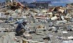 Le 12avril 2011, dans la ville dévastée d'Otsuchi, au Japon, un homme fouille les décombres à la recherche de souvenirs de famille. Il aurait fallu au mieux 77 secondes à un réseau de détection fondé sur les téléphones intelligents pour détecter le séisme du 11mars 2011.