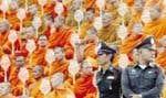 Sous bonne surveillance policière, des centaines de moines bouddhistes ont prié hier à la mémoire des dizaines de milliers de victimes tuées par les tsunamis en Asie du Sud-Est, au cours d'une cérémonie spéciale qui a réuni bouddhistes et musu