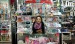 Nelly Todde tient un kiosque dans Montmartre et soutient que la vente de la presse lui rapporte 30euros net par jour, pour 12 heures de travail.