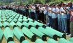 Des survivants du massacre de Srebrenica prient en hommage aux victimes, en juillet dernier.