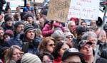 Quelques centaines de personnes ont manifesté dimanche pour dénoncer les hausses de rémunération des hauts dirigeants de Bombardier.