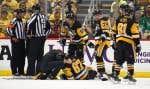 Crosby s'est retrouvé étendu sur la patinoire, grimaçant de douleur pendant de nombreuses minutes, avant de se relever et de se diriger par lui-même vers le vestiaire des Penguins.