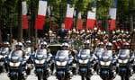 Au milieu d'une journée protocolaire dimanche à Paris, le nouveau président a remonté les Champs-Élysées dans un véhicule de combat pour aller rallumer la flamme du Soldat inconnu.