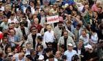 Les marcheurs protestent contre l'incarcération d'Enis Berberoglu, du Parti républicain du peuple.