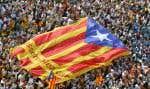 Le drapeau aux couleurs de «l'estelada», symbole de l'indépendance catalane, flottait au-dessus de milliers de manifestants séparatistes lors de la Diada à Barcelone le 11septembre 2016.