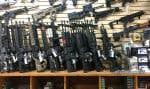 Des fusils d'assaut semi-automatiques vendus dans une boutique d'armes à feu à Las Vegas