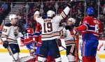 Le joueur des Oilers Michael Cammalleri (au centre) célèbre son but en première période avec son coéquipier Patrick Maroon lors de leur match contre le Canadien samedi.