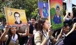 Des étudiants salvadoriens portaient mercredi des portraits d'Oscar Romero lors d'une marche jusqu'à la chapelle où il a été assassiné.