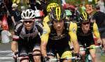 Le vainqueur de l'étape, le Slovène Primoz Roglic, est suivi par le Néerlandais Tom Dumoulin (à gauche), par le Britannique Geraint Thomas qui détient le maillot jaune (à l'arrière) et par le Néerlandais Steven Kruijswijk (à droite) alors qu'ils gravissent le col d'Aubisque.
