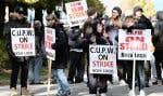 Des travailleurs membres du Syndicat des travailleurs et travailleuses des postes à Halifax, lundi