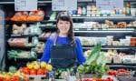 Geneviève Guenet, propriétaire de l'épicerie Les Récoltes, à Montréal, doit gérer de grands volumes de commandes.