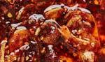 Amenez les échalotes, l'ail, l'huile, la cannelle et les anis étoilés à ébullition dans une casserole à feu moyen.