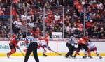Un partisan de l'équipe canadienne tenait un panneau où était inscrit «Sorry» (Désolé) aux abords de la glace, mercredi à Vancouver.