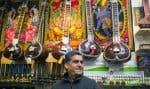 Rajinder Chandel tient une boutique d'instruments de musique sur la rue Saint-Denis, à Montréal. Il est ici posé devant sa douzaine de sitars, tous uniques.