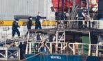 Des douaniers sont montés à bord du Sun Sea, transportant plus de 400 réfugiés tamouls du Sri Lanka, après que ce navire eut accosté au port d'Esquimalt, en Colombie-Britannique, vendredi dernier.