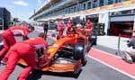 Les mécaniciens de l'écurie Ferrari poussent la monoplace de Sebastian Vettel dans les nouveaux garages du circuit Gilles-Villeneuve sur l'île Notre-Dame à Montréal.
