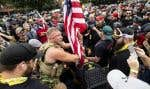 Des membres des groupes de miliciens Proud Boys et Three Percenters se sont rassemblés au centre-ville de Portland. Les forces policières ont dit avoir saisi des armes et des boucliers.