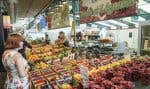 Un kiosque de fruits et légumes au marché Atwater, à Montréal