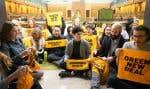 Les 27 jeunes manifestants sont entrés dans l'édifice du Parlement en se joignant à une visite guidée de l'institution.