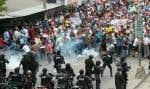 Pro et anti-Morales se sont affrontés, portant souvent des casques, armés de bâtons, se lançant des pierres. La police répliquait par des jets de gaz lacrymogènes.