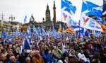 «Les élections législatives que nous avons le 12décembre sont les élections les plus importantes de notre époque pour l'Écosse. L'avenir de notre pays est en jeu», a déclaré la cheffe du parti indépendantiste SNP devant les manifestants qui agitaient des drapeaux écossais bleus et blancs.