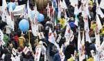Pour expliquer le rôle de la FTQ, son vice-président cite «La vieille Margot», de Gilles Vigneault: «Si tu veux que l'pays soit beau, prends […] plus de voilure, pis moins d'drapeaux.» Autrement dit: «on prend le paquet de drapeaux de chaque syndicat pour en faire de la voilure et faire avancer les régions».