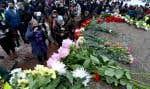 Dès la matinée, un flot continu de citoyens russes, et de diplomates occidentaux, ont déposé des fleurs sur le mémorial de fortune érigé à la mémoire de Boris Nemtsov sur les lieux de sa mort, régulièrement démantelé par les autorités.
