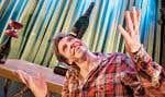 Patrick Léonard, seul sur scène, dans une production des 7 doigts de la main